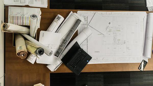 wygodne biurko dla architekta